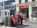 """Checkpoint Charlie. Hier mochten de Oost-Duitsers met een zeer moeilijk te verkrijgen """"permissie"""" door om naar hun familie in het westen te gaan."""